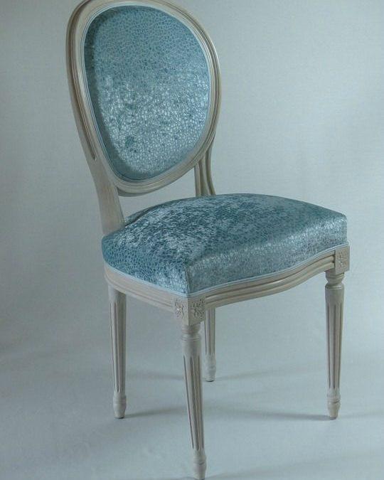 Des chaises médaillons pour un décor royal